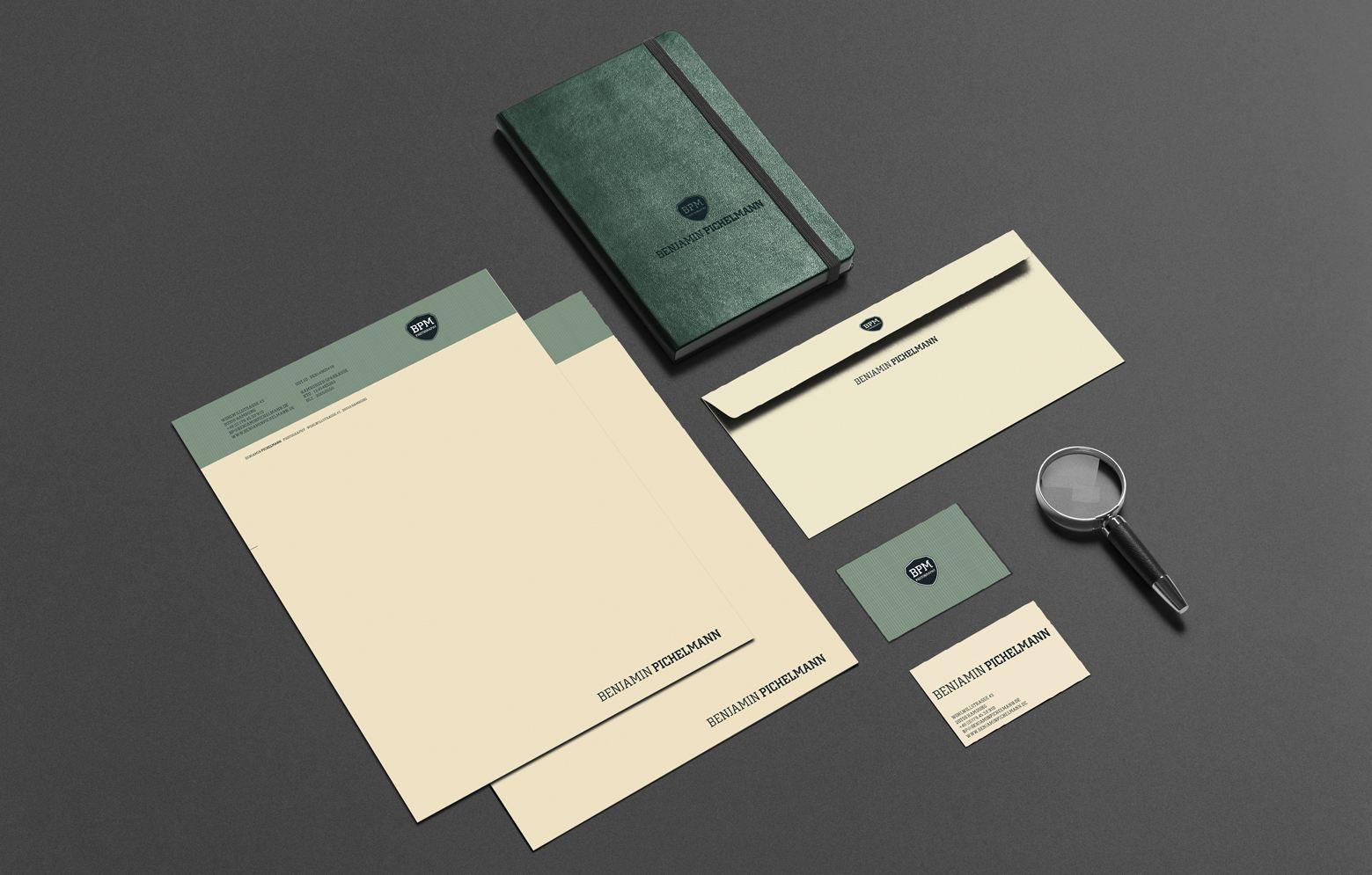 Geschäftsausstattung von benjamin Pichelman, mit Briefbogen, Briefumschlag, Visitenkarte, Notizbuch und Lupe