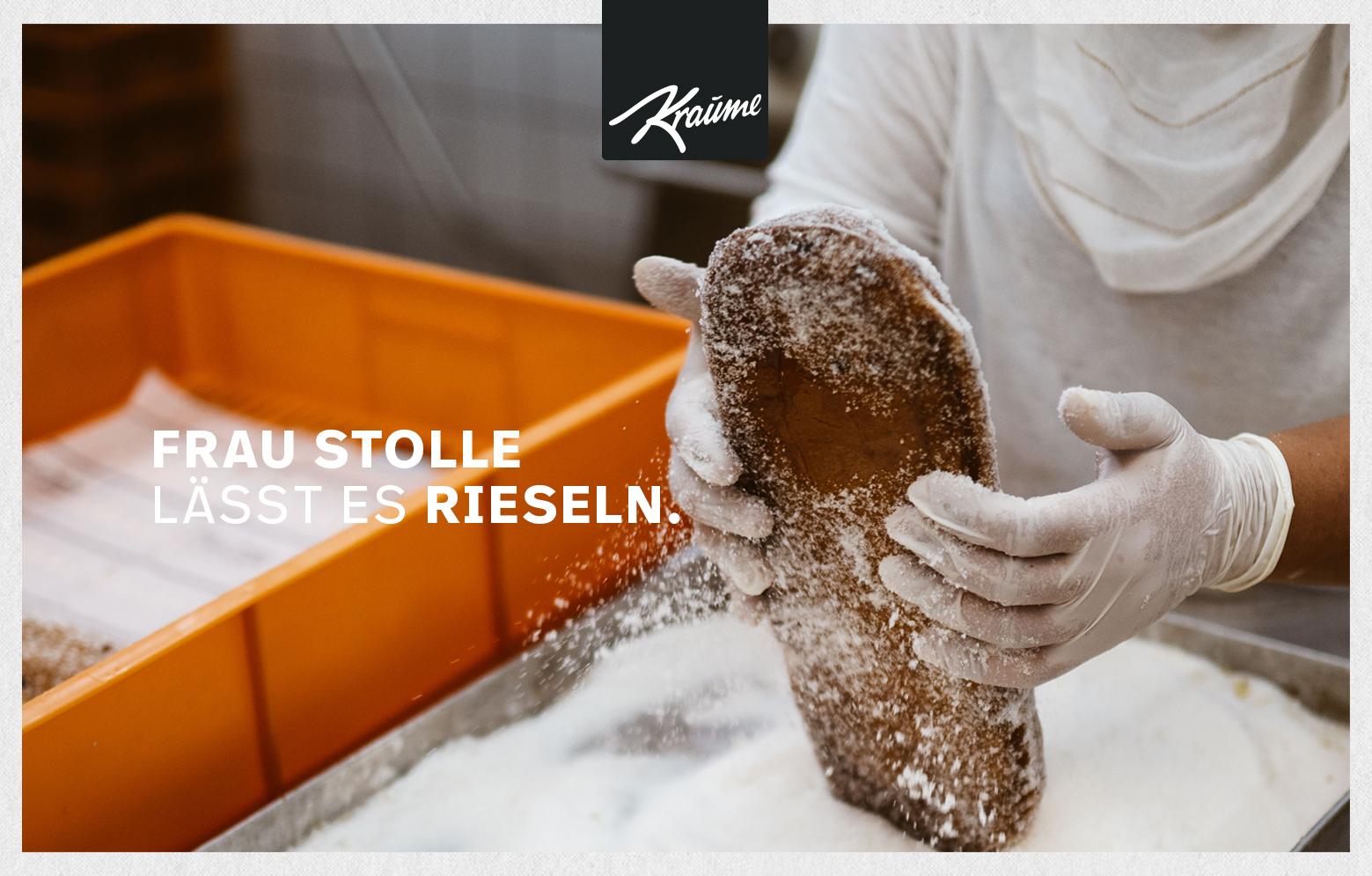 KRAUME Stollen wird mit zucker gepudert